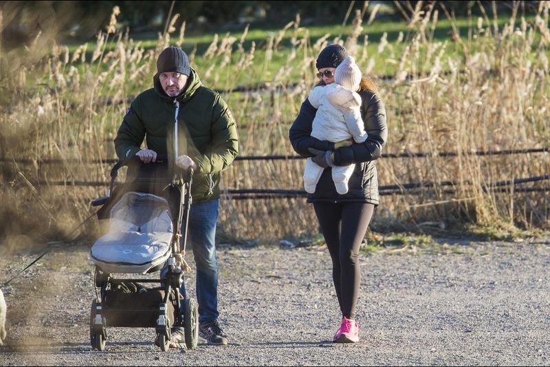 Balade-en-famille-pour-Madeleine-de-Suede-Christopher-O-Neill-et-leur-petite-Leonore-a-Stockholm-le-21-decembre-2014.jpg